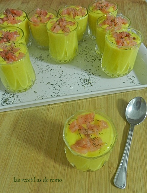 Chupitos de gazpacho de mango con salmón