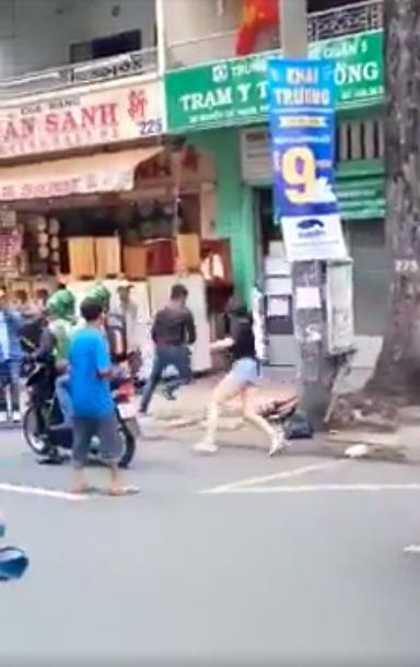 Va chạm giao thông, nữ tài xế BMW rượt đuổi nam tài xế xe máy náo loạn đường Nguyễn Chí Thanh (Quận 11, TP.HCM).
