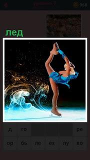 на льду фигуристка выполняет танец и ногу к голове подняла