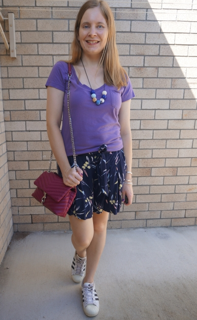 pink purple navy outfit with blue printed culotte shorts lilac v-neck tee and magenta bag | awayfromblue