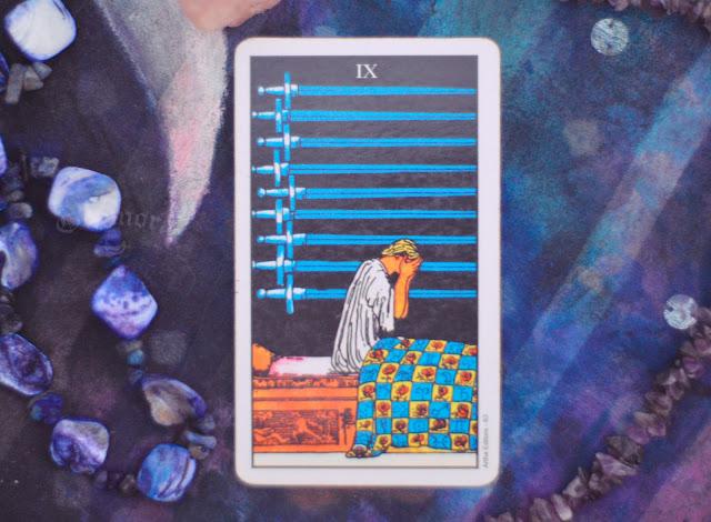 Saiba o significado da Carta do 9 de Espadas no Tarot do amor, dinheiro e trabalho, na saúde, como obstáculo ou invertida e como conselho.
