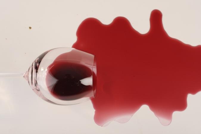 jak usunąć plamy z wina