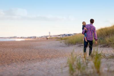 Un tată cu copilul său - imagine de Danielle MacInnes, unsplash.com