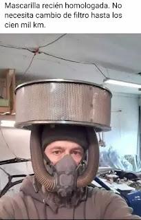 Hombre con traje y filtro de coche en la cabeza