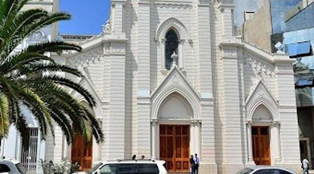 Feministas intentan quemar catedral en marcha por la no violencia contra la mujer