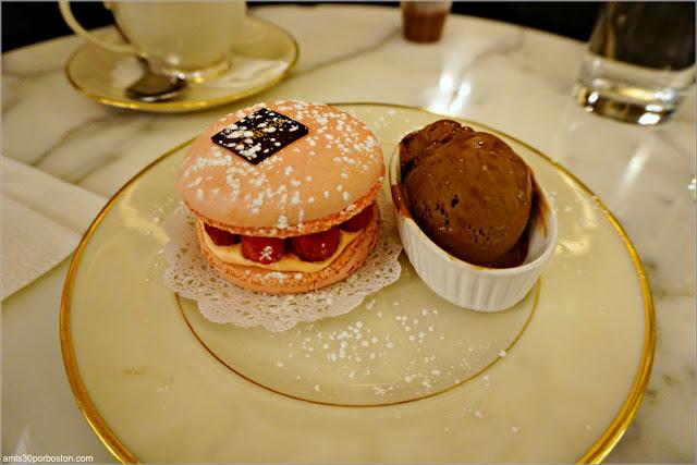 Macaron de Frambuesa con Helado de Chocolate de MarieBelle en Nueva York