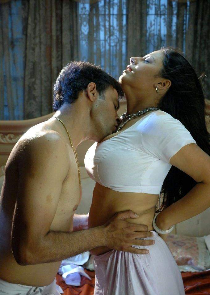 Is there any image scene in which you felt that an indian actress flaunted her navel in a saree that aroused you
