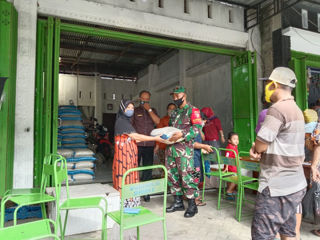 Babinsa Koramil 0806/01 Kota Langsung Awasi Pembagian Penyaluran  Bantuan Sosial Pangan