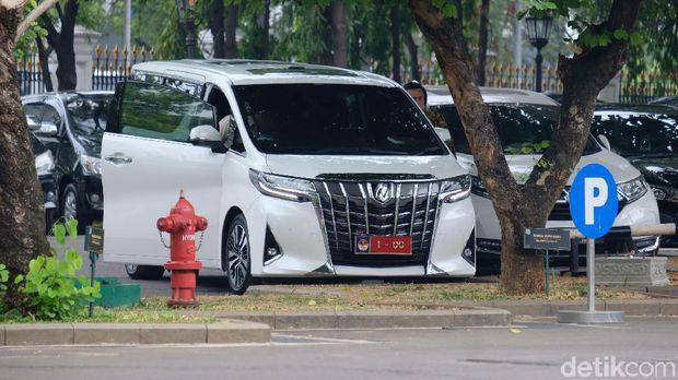 Naik Mobil Alphard Putih '1-00', Prabowo Temui Jokowi di Istana