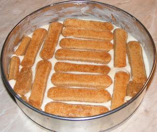 Tiramisu preparare reteta de casa cu piscoturi mascarpone oua zahar cafea cacao retete dulci tort desert prajitura,