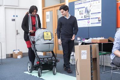 Ramona Williams bandymo metu stumia išmanųjį vaikišką vežimėlį