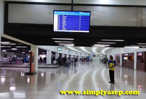 LAPANG :  Halaman atau hall pengambila bagasi di Bandara Internasional Soekarno Hatta Banten yang lapang dan luas.  Pastikan kode bagasi anda agar tidak tertukar dengan bagasi orang lain. Foto Asep Haryono