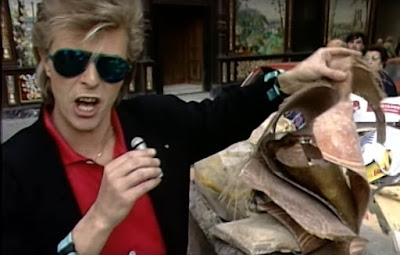 David Bowie acts as tour guide through Madrid while in search of beer.