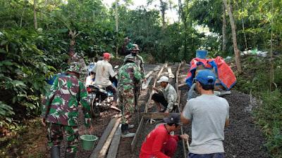 TNI Bersama Rakyat Betonisasi Akses Jalan Desa Program TMMD Sengkuyung Tahap II Kodim 0706/Temanggung