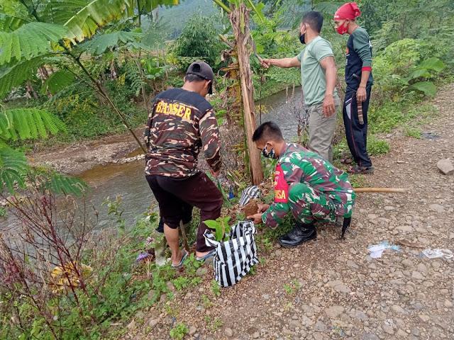 Cegah Erosi, Babinsa dan Banser Kompak Tanami Pohon di Bantaran Sungai Laban Karangjambu