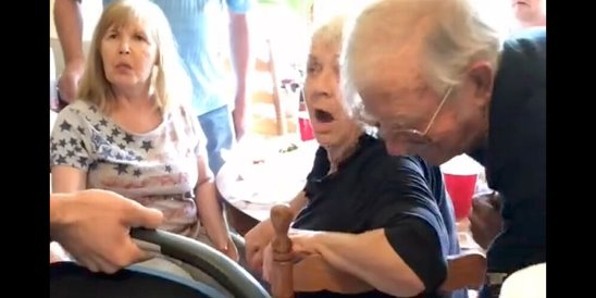 Парень 9 месяцев скрывал, что станет отцом, и реакция семьи на новорождённого стала вирусным видео