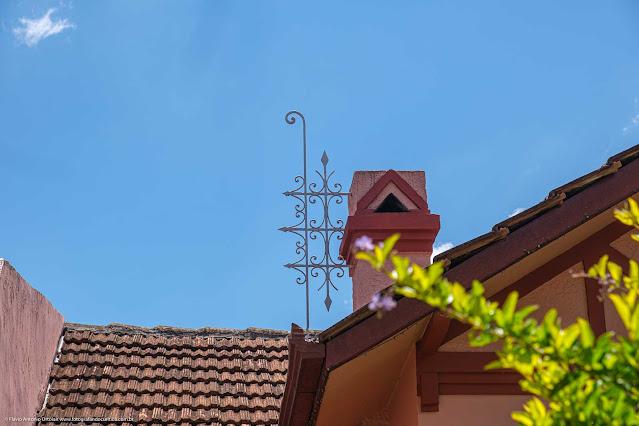 Casa na Rua David Carneiro - detalhe de ornamento de ferro junto a chamine