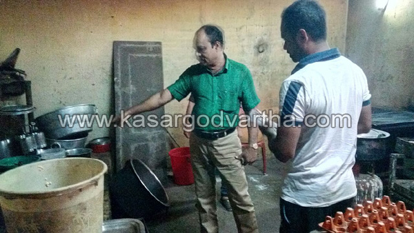 Kerala, kasragod, news, Food, Hotel, Cherkala, Udupi, Cleaning, Uduppi Hotel, Raid, Food safety, Officers, Food safety raid: hotel closed