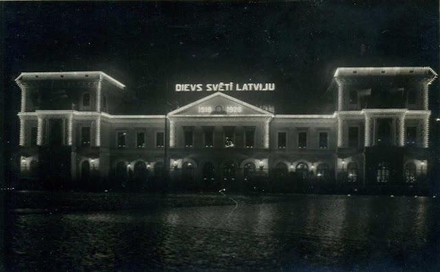 """1928 год. Рига. Здание центрального ж/д вокзала. """"Боже, благослови Латвию""""."""
