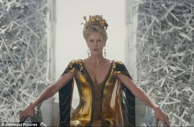 Ravena com vestido dourado no castelo de gelo