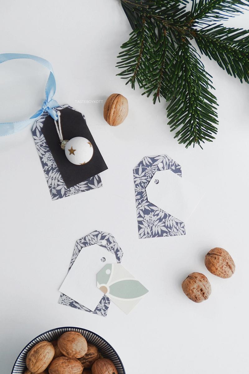 Weihnachtsgeschenke kreativ verpacken - DIY-Ideen. Aus schönem Papier Namensanhänger basteln in pastell und blau. Tasteboykott Blog.