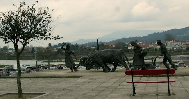Escultura representando trabalhadores rurais do Minho na margem do rio Lima
