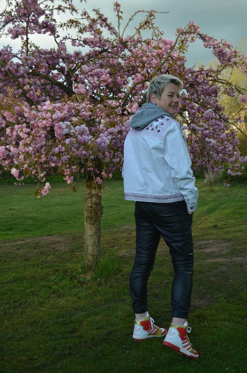 Weiße Jeansjacke an schwarzer Lederhose