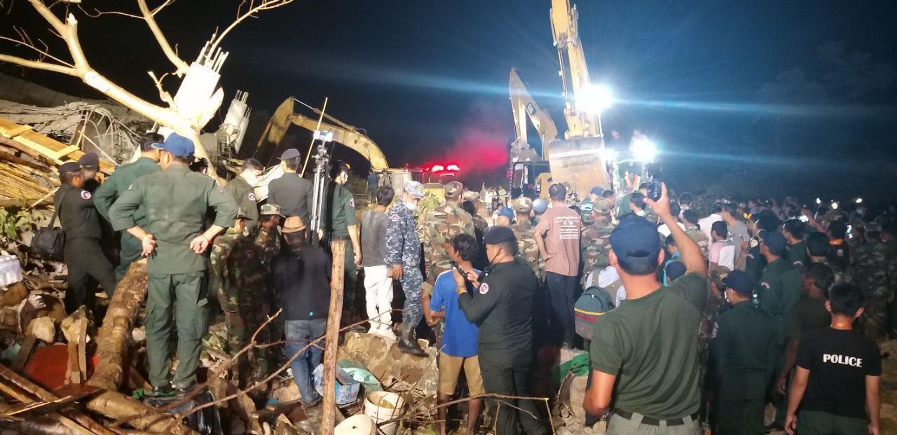 Glābēju pūlis uz sabrukušās ēkas gruvešiem