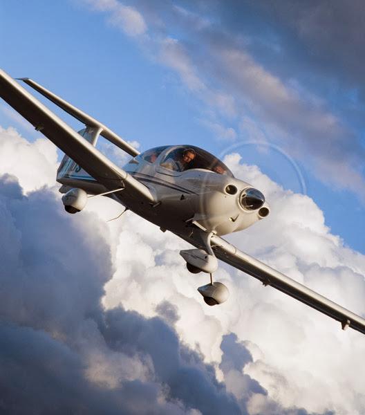 Avión DA40 XLS en pleno vuelo