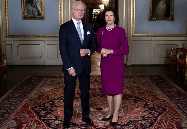 King Carl Gustaf took part digitally with a pre-recorded speech in the Nobel 2020 ceremony. Queen Silvia wore a burgundy dress. Pearl necklace