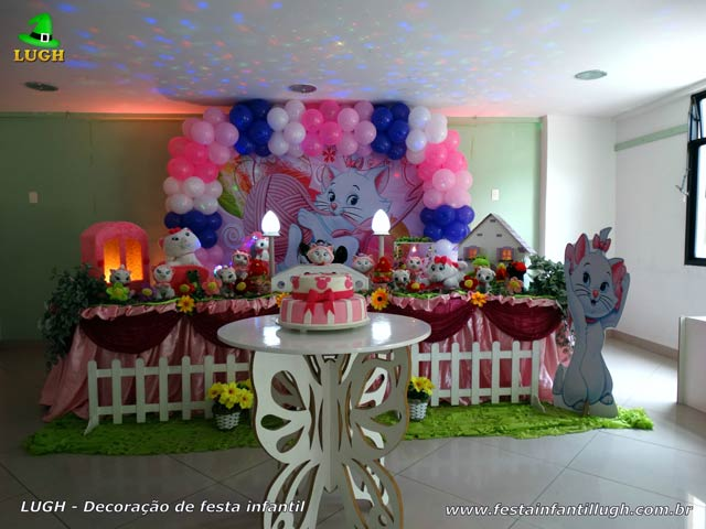 Decoração festa infantil Gata Marie em mesa temática tradicional forrada com toalhas de pano(tecido em cetim)