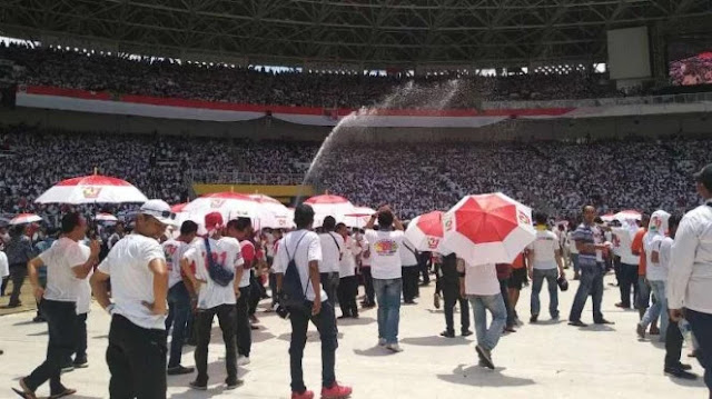 Kepanasan, Massa Kampanye Jokowi di GBK Teriak Berebut Payung