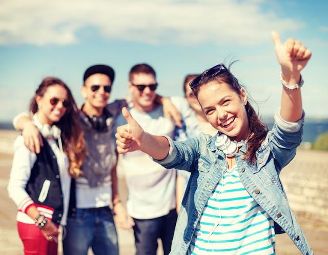 mladalacko-prijateljstvo-tinejdzeri-mlade-devojke-decaci