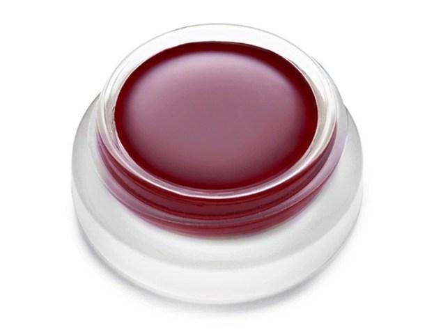 É sempre bom deixar a maquiagem mais marcante e para isso podemos usar os batons mais escuros para marcar os lábios. Mesmo nas makes mais simples, a cor do batom influencia muito no resultado final. Por isso é sempre bom saber quais cores estão na moda, para você usar e ficar ainda mais linda em qualquer ocasião. Aqui estão 10 cores de batom escuro que você precisa para experimentar. #lips #tips #labio #batom #beauty #maquiagem #makeup #make #woman #colors
