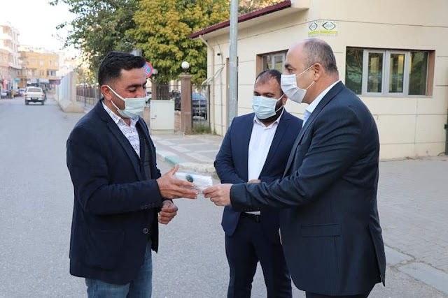Maske dağıtıp vatandaşları tek tek uyardı