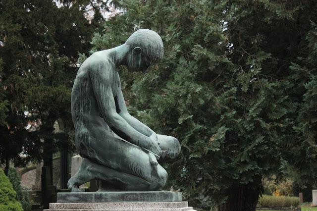 Trauernde Figur auf dem Friedhof