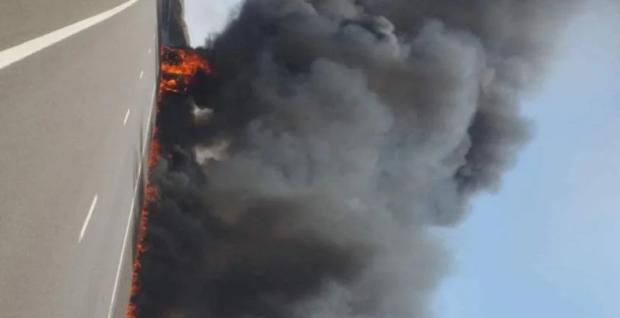 عااااجل ..إندلاع النيران في شاحنة على الطريق السيار بمنطقة شيشاوة