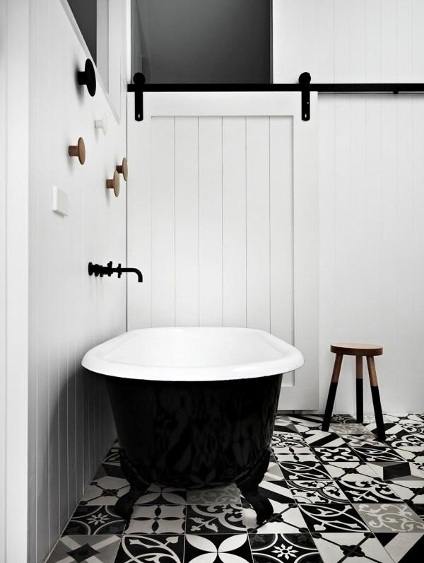 bañera exenta negra con suelo hidraulico en blanco y negro chicanddeco