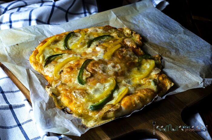 deliciosa pizza de tres quesos y pimientos
