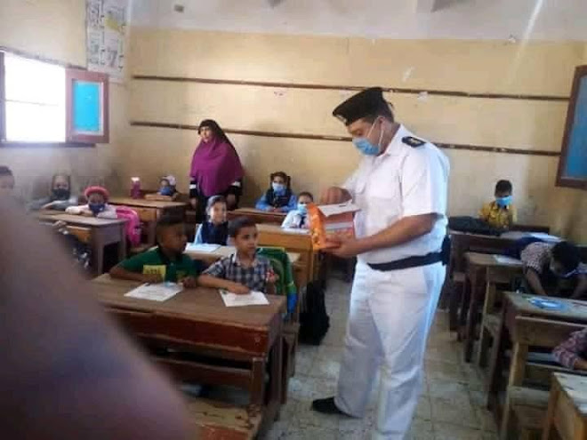 شرطة مصر توزع شيكولاتة على تلاميذ المدارس