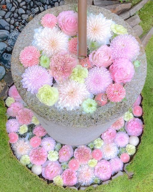 Fuente con flores rosas y blancas