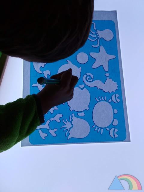 Dibujando con plantillas sobre la mesa de luz