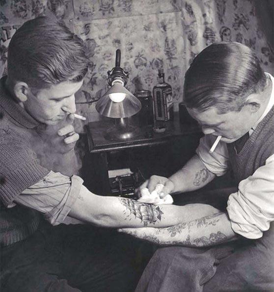 Foto antigua de un tatuador