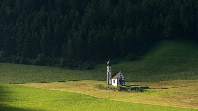 Linda Paisagem Natural com Igreja