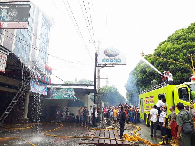 Damkar PT STTC Bantu Padamkan Api Toko Sepatu di Jln Adam Malik Yang Kebakaran [Video]