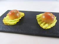 Semi esfera de berberechos con su jugo y su salsa