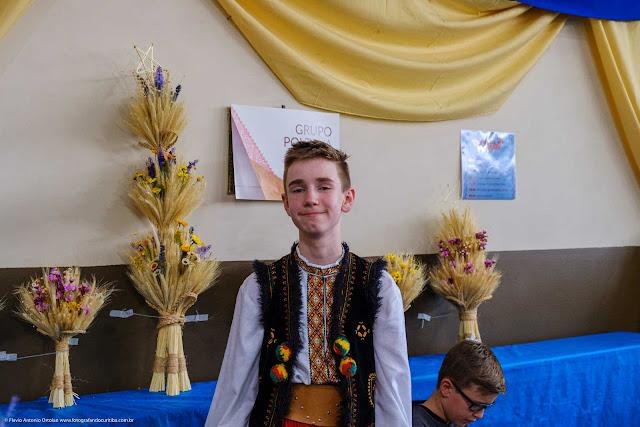 Jovem com roupa típica ucraniana
