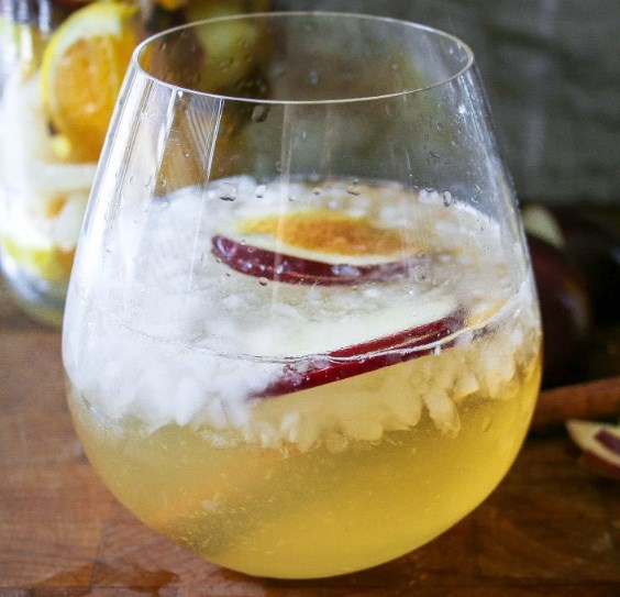 apple + pear + cinnamon fall sangria #drinks #thanksgiving