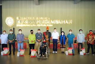 Kenakan Ulos Batak Toba, Wali Kota Medan Serahkan Bantuan Untuk Komunitas Media Terdampak Covid-19