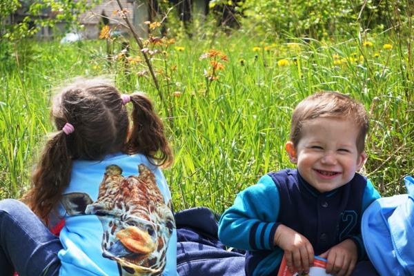 Radość Szymka na pikniku na łące